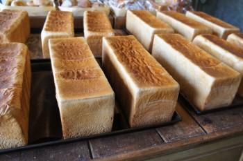 行列ができるマボロシの角食。仙川『AOSAN』