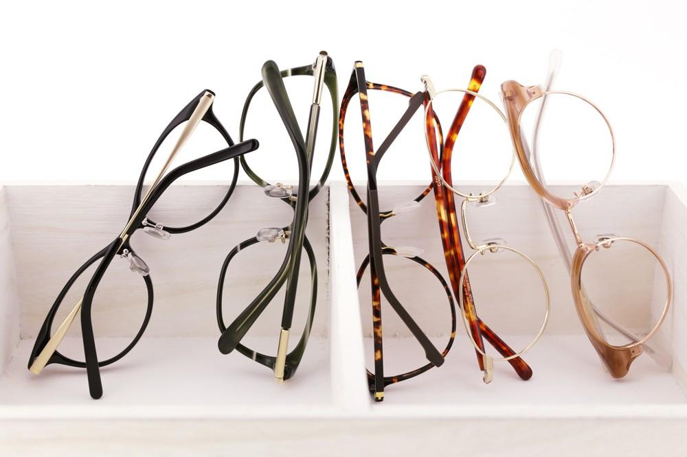 カジュアルにもクールにも。気分に合わせてかけたい夏のメガネ&サングラスガイド
