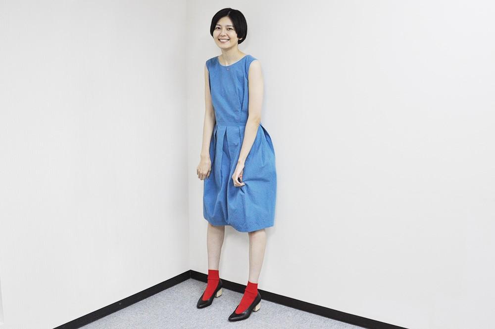 青のワンピースの菊池亜希子