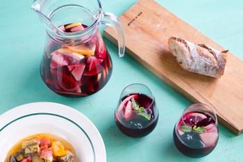 お好きなフルーツを入れるだけ!自分で作るサングリアレシピ