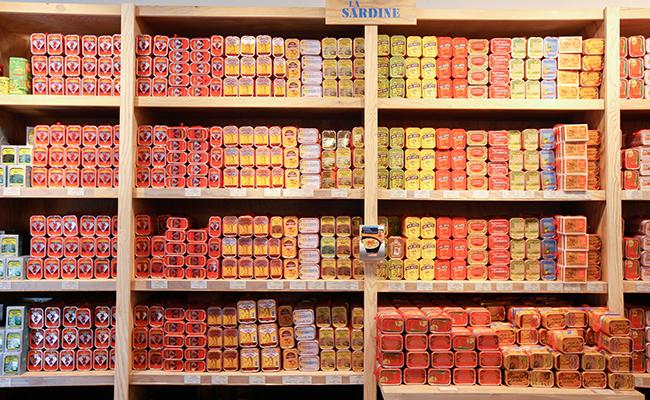 フランスのスーパーに並ぶオイルサーディン