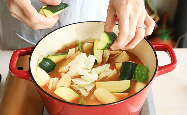 野菜を入れて煮込む