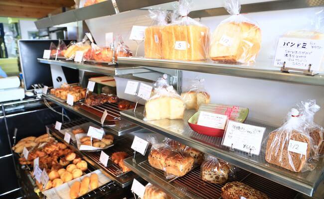 トロパントウキョウの店内に並ぶパン