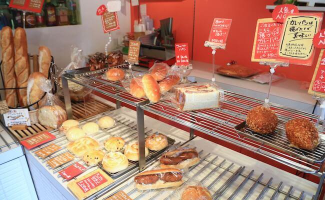 ブーランジュリー シマの店内に並ぶパン