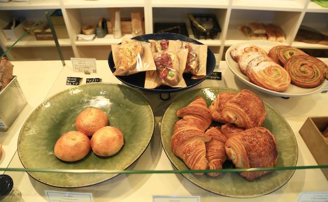 ブーランジュリーコメットの店内に並ぶパン