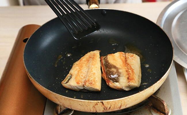サバサンドの作り方 サバを焼きます