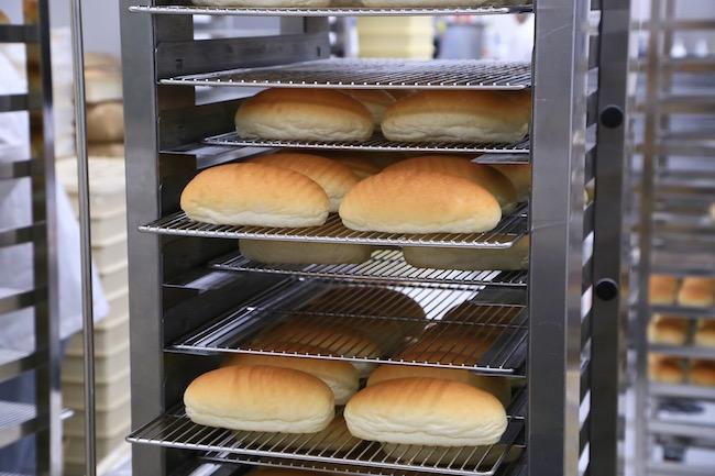 「吉田パン」のコッペパンが焼きあがる様子