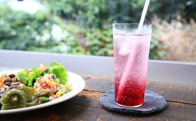山手『オンザディッシュ』の自家製赤紫蘇ソーダ