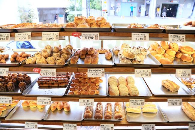 元町『ウチキパン』の店内に並ぶパン