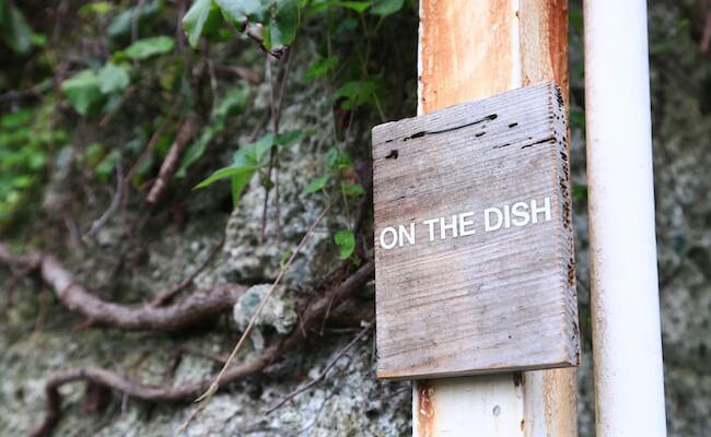 山手『オンザディッシュ』の看板