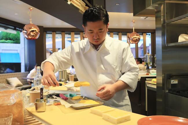 「厚焼きたまごサンドイッチ」を作る飯田さん