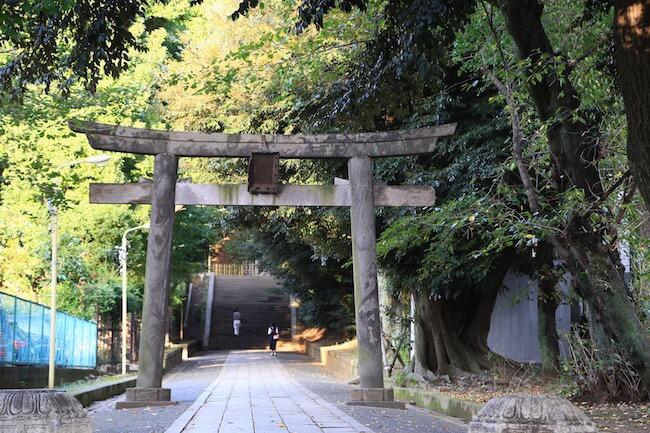 『グレインブレッドアンドブリュー』の向かいにある氷川神社