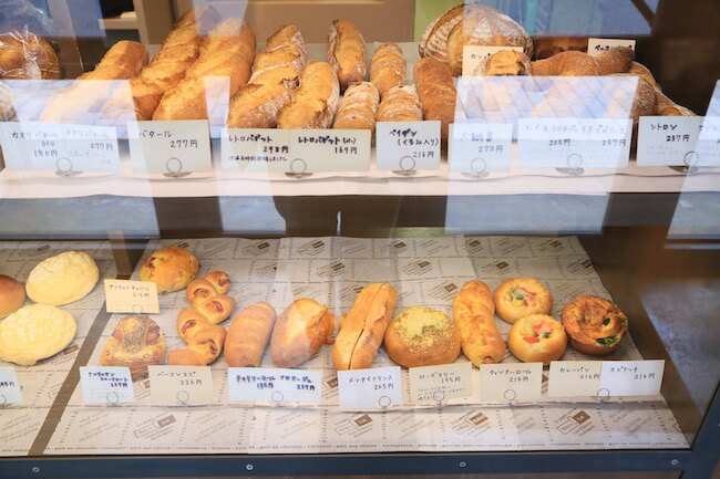西荻窪『タグチベーカリー』の店内に並ぶパン