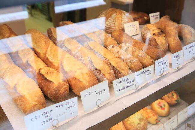 西荻窪『タグチベーカリー』に並ぶフランスパン
