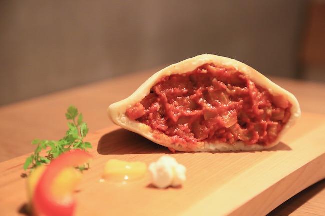 自家製ピタパンを使ったラタトゥイユとミートボール、クリームチーズ添え