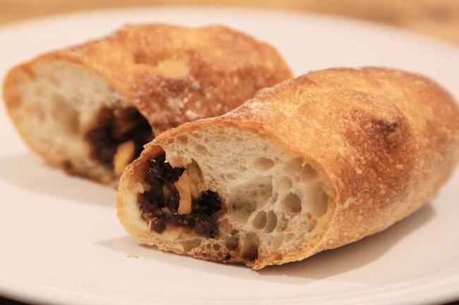 西荻窪『タグチベーカリー』のハード系パン「イチゴバナーヌ」