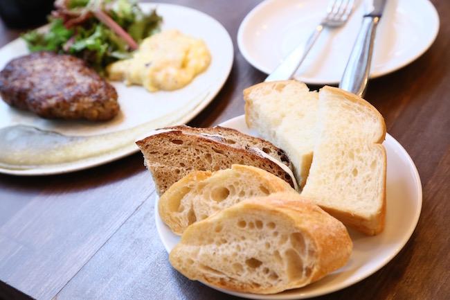 ランチとセットのパン(※写真は2名分)