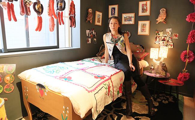 表参道のLe monde de Nathalie(ル・モンド・ドゥ・ナタリー)のベッドに座るナタリー・レテさん