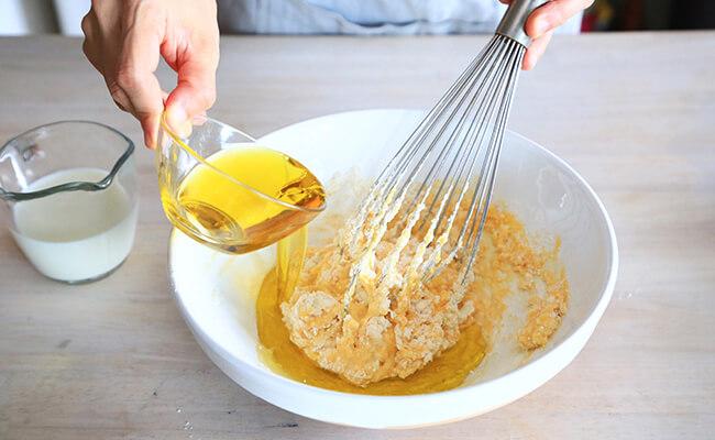ケークサレの作り方 オリーブオイルと牛乳を加えます