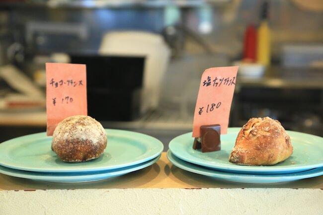 新高円寺のパン屋『SONKA』の「チョコフランス」と「塩ナッツフランス」