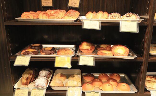オリミネベーカーズの店内に並ぶパン