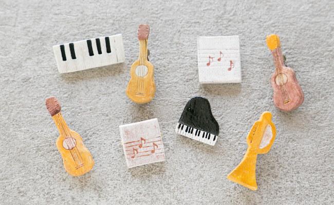daisy daughterさんの楽器モチーフのブローチ