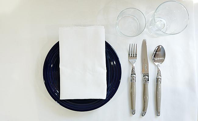 ディナーの時はカトラリーのカラーを揃えてきちんとした印象に