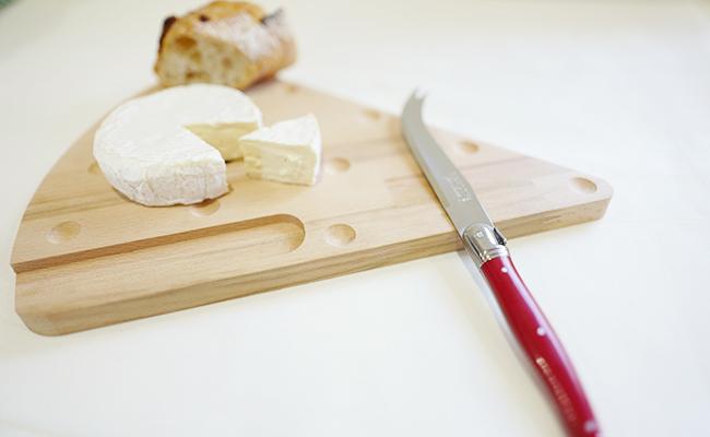 ディナー後に楽しみたいチーズ用のナイフとカッティングボードのセットも