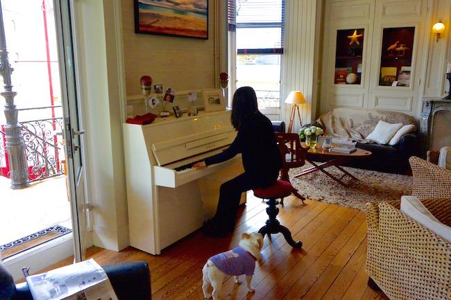 Akikoさんのそばでピアノを聴いているニノ