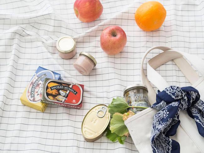 果物や缶詰、おいしいものをバッグに詰め込もう