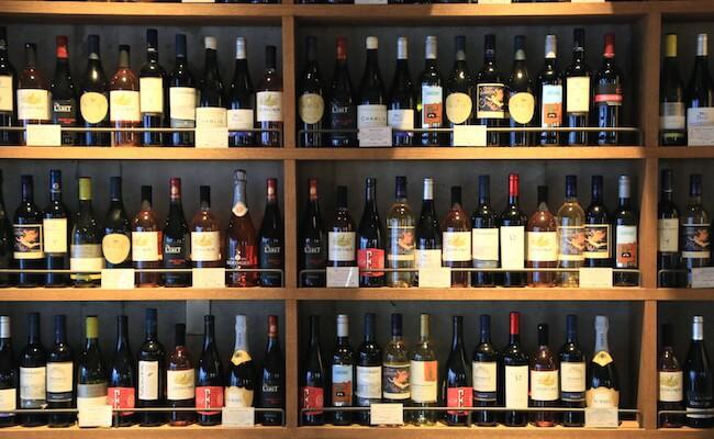 都立大学駅『ミート アンド ベーカリー バンボ』の店内に並ぶワイン