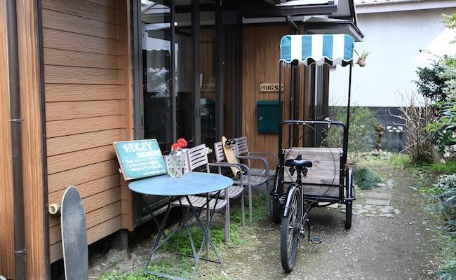 聖蹟桜ヶ丘『ハグジードーナツ』の店頭には三輪車があります