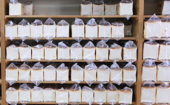 浅草のパン屋『ペリカン』のパンが並ぶ棚