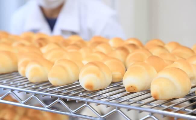 浅草『ペリカン』の焼きあがったばかりのロールパン