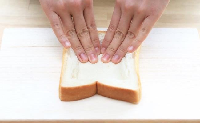 食パンにくぼみを作ります