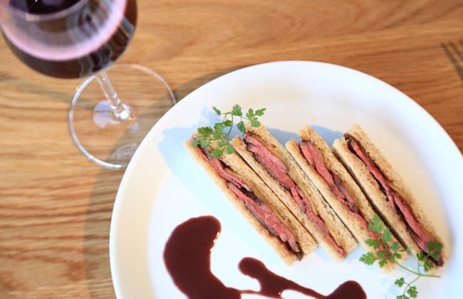 メインディッシュのサンドイッチ「国産牛ウチモモのステーキと焼林檎のサンドイッチ 赤ワインソース添え」