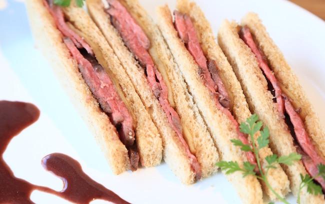 ソースをつけるとまた違った味わいが楽しめるサンドイッチ