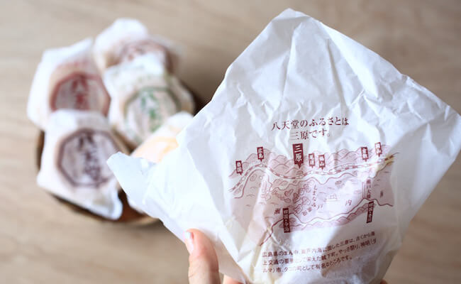 八天堂の「くりーむパン」の包み紙には「八天堂のふるさとは三原です」という言葉が