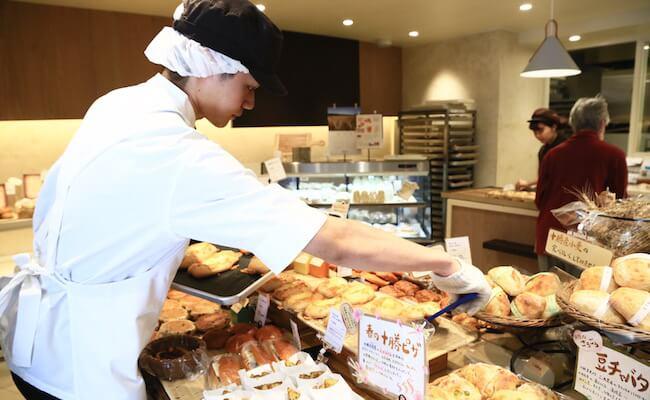 人気の「とろ〜りチーズパン」が次々に焼きあがっていきます