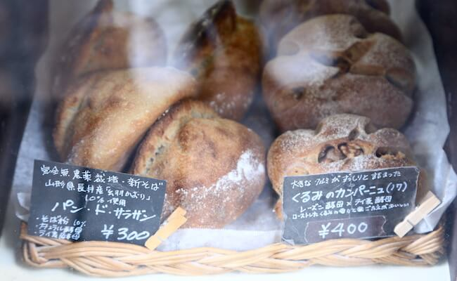 ショーケースに並ぶハード系のパン