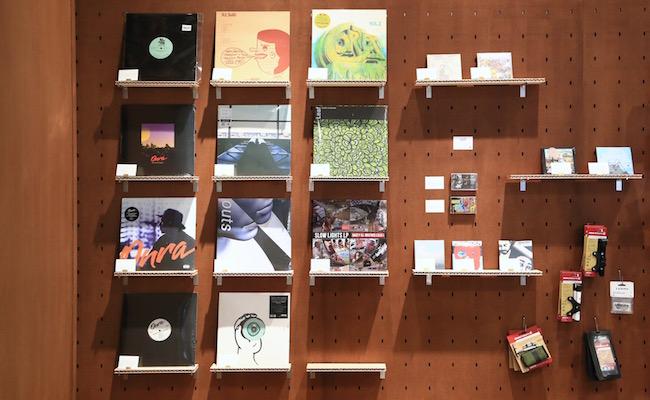 原宿『ルコック スポルティフ』内のコンビニエンスマートにはレコードもあります
