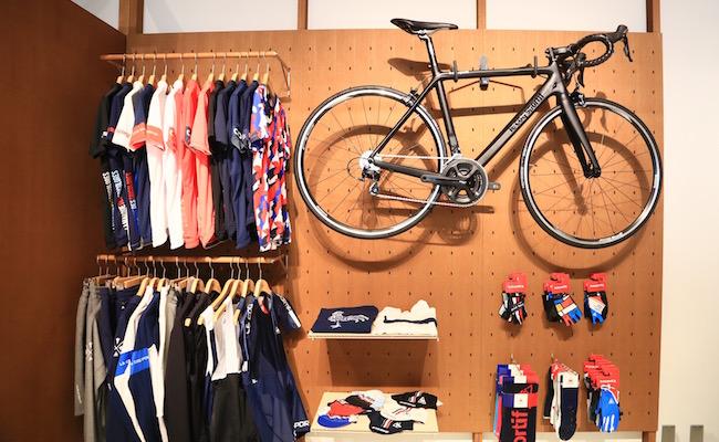 原宿「ルコック スポルティフ」の店内には本格的な自転車のアイテムも並びます