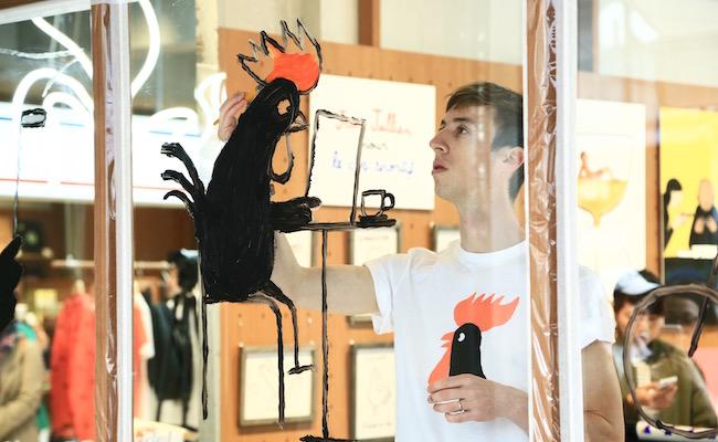 フランスを拠点に活躍するイラストレーターJean Jullien(ジャン・ジュリアン)氏がライブペインティングをしている様子