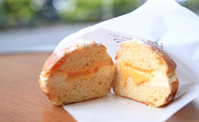 『EGG STAND』のエッグクリームパンの中からエッグジャムがとろーり