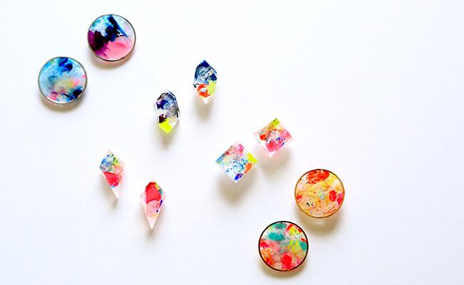 身につけるアート作品!色とりどりの世界が広がる「me」