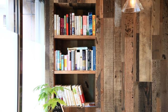 池ノ上『カフェ リスベット』の店内には自由に読むことのできる本もあります。