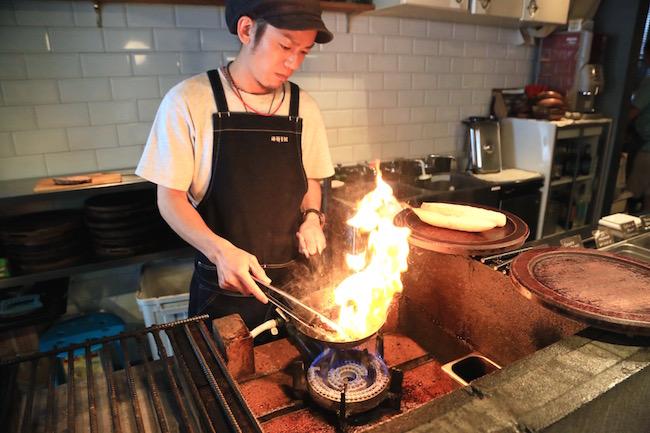 自家製チョリソーを焼いています。