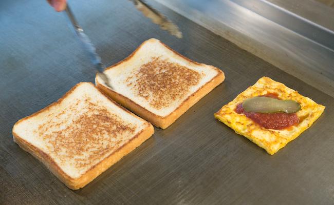 鉄板で焼き上げるトーストサンドイッチ