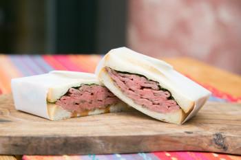 和牛専門精肉店『TOKYO COWBOY』のローストビーフサンドイッチが食べたい!
