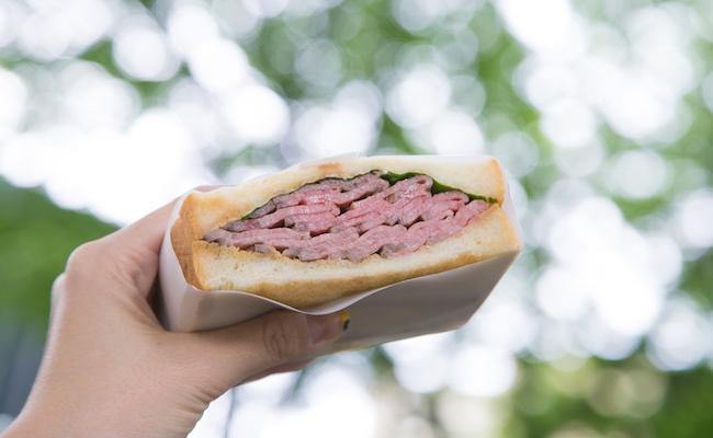「ローストビーフサンドイッチ」はテイクアウトして公園で食べるのもおすすめです